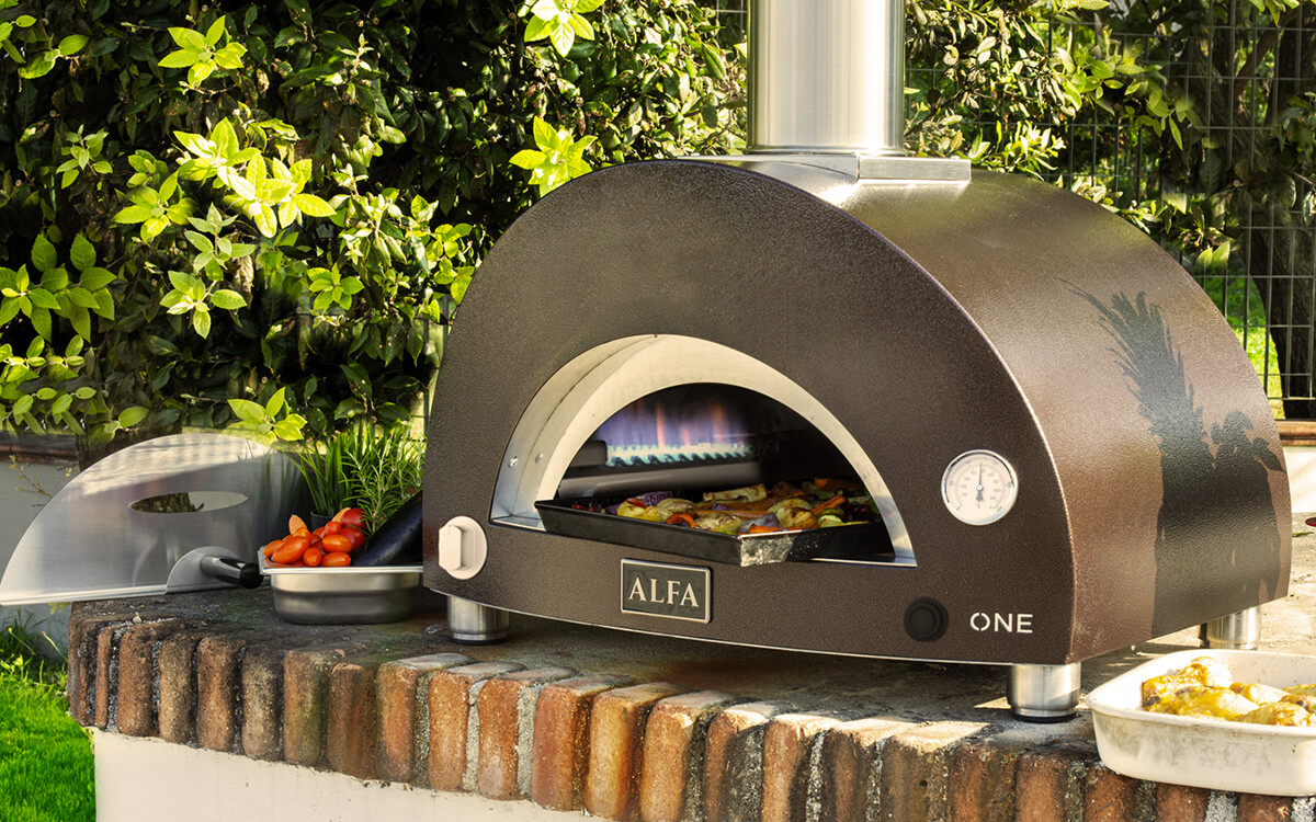 Alfa Forni launches the new ONE, the compact gas-burning oven for cooking outdoors even in city centres